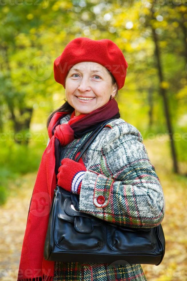 mujer en el parque otoño foto