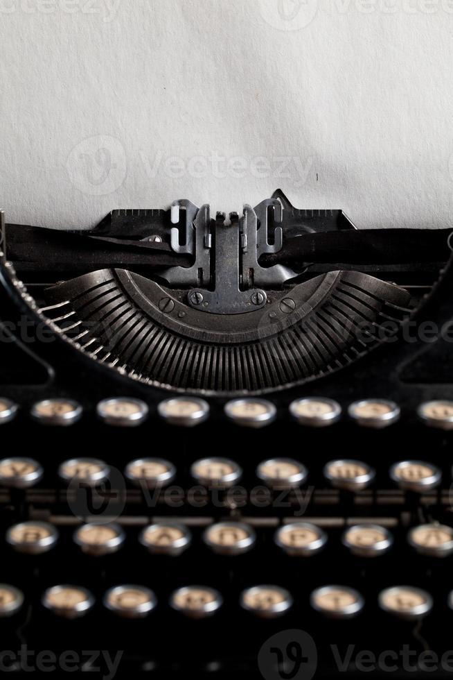 máquina de escribir con hoja de papel con textura envejecida foto