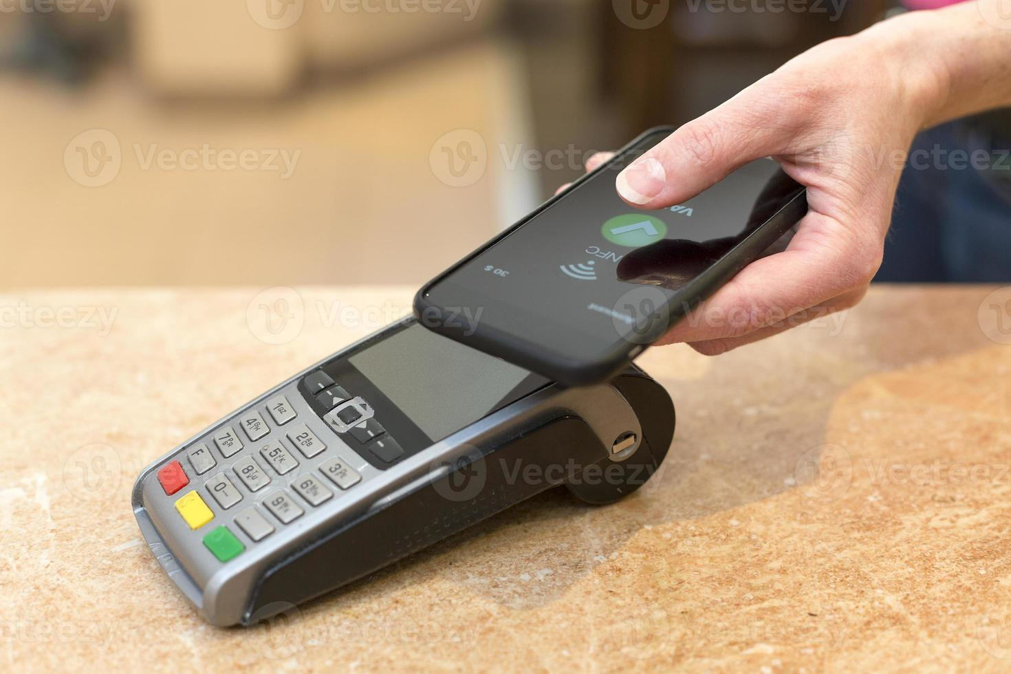 cliente que paga con tecnología nfc foto