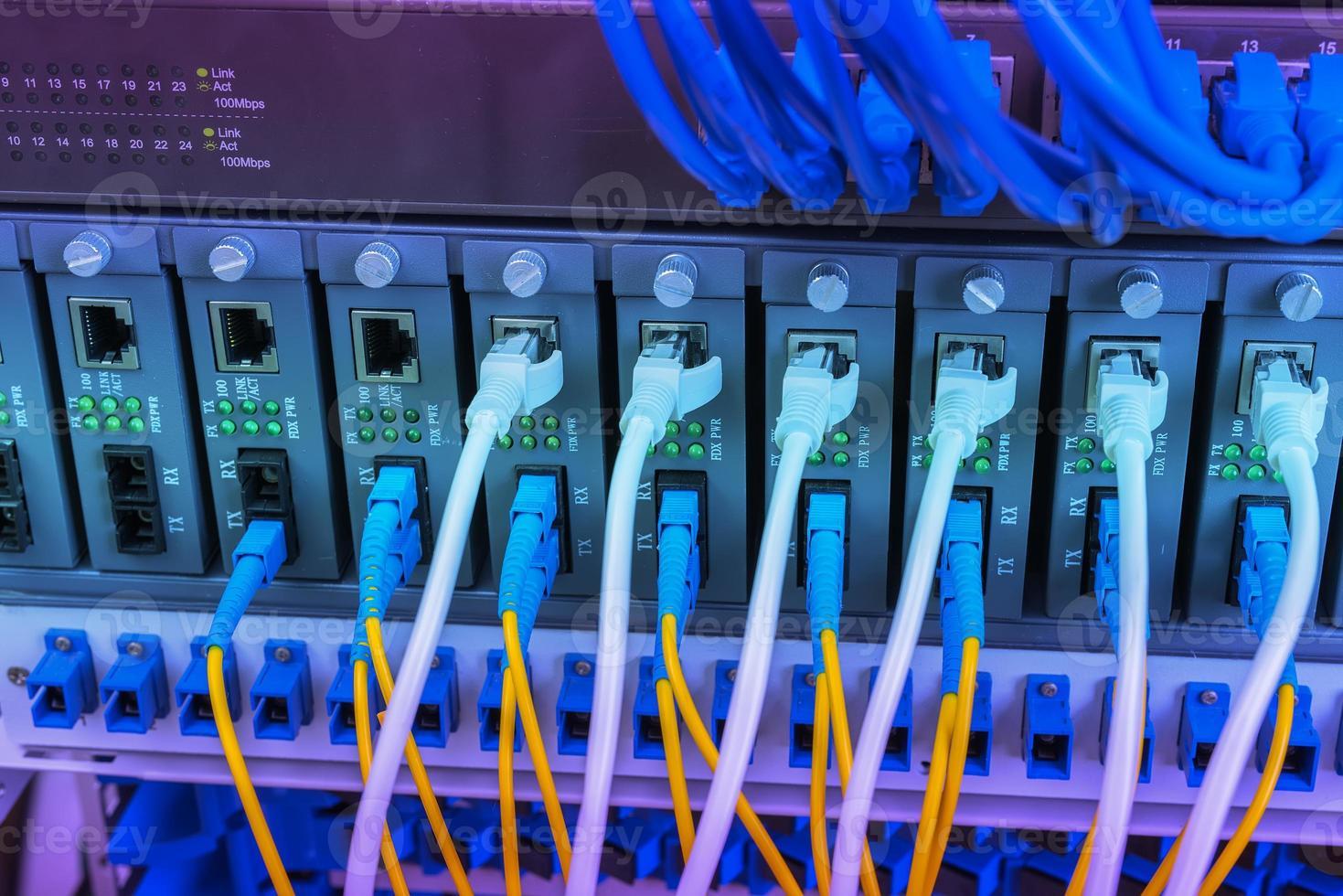 centro tecnológico con equipamiento de fibra óptica foto