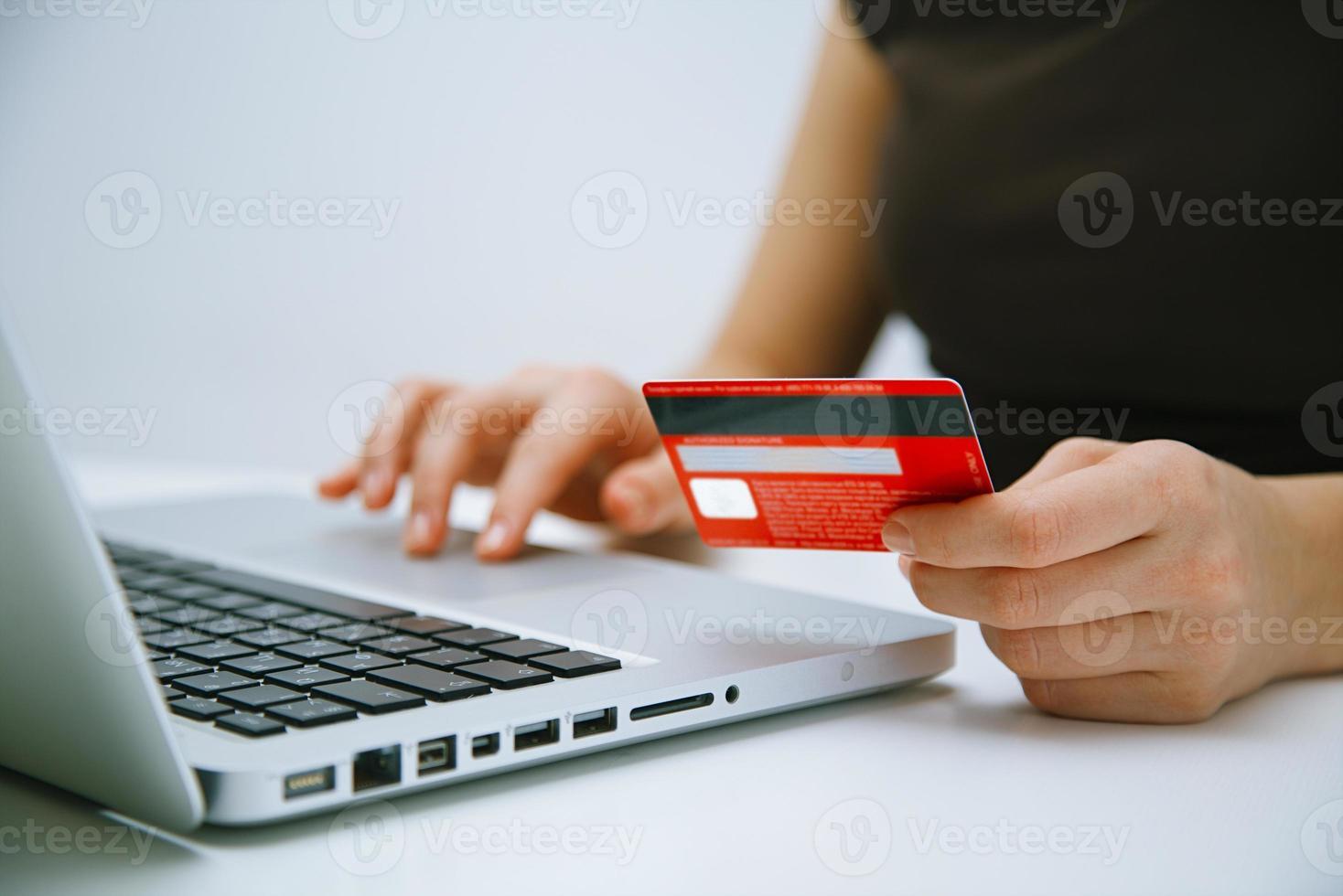 pagando con tarjeta de crédito en línea foto