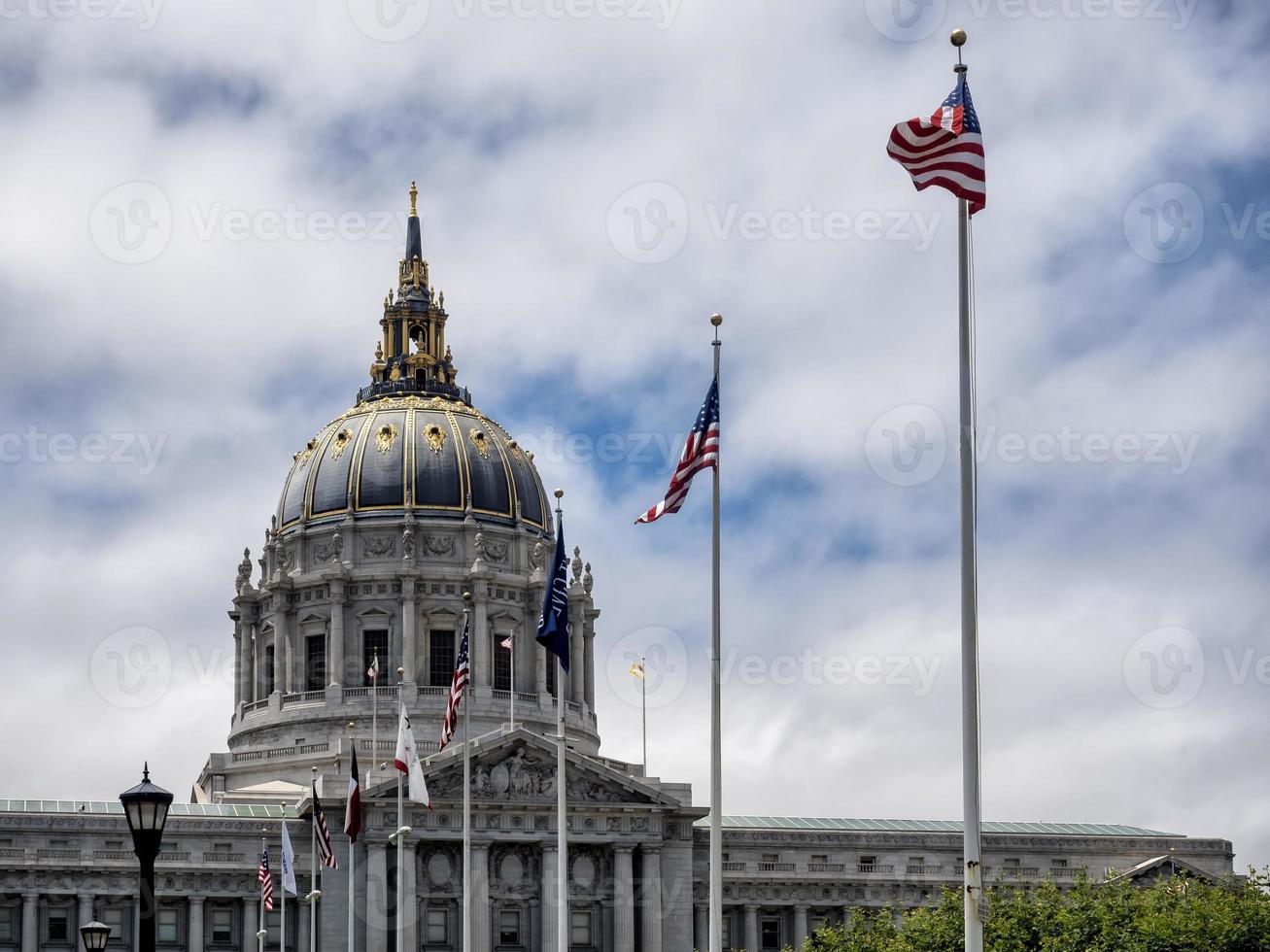 Ayuntamiento de San Francisco con banderas ondeando foto