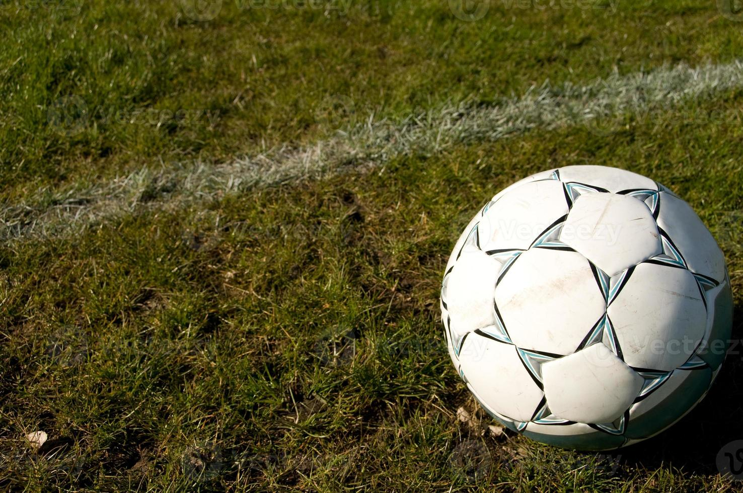 balón de fútbol sobre la hierba foto