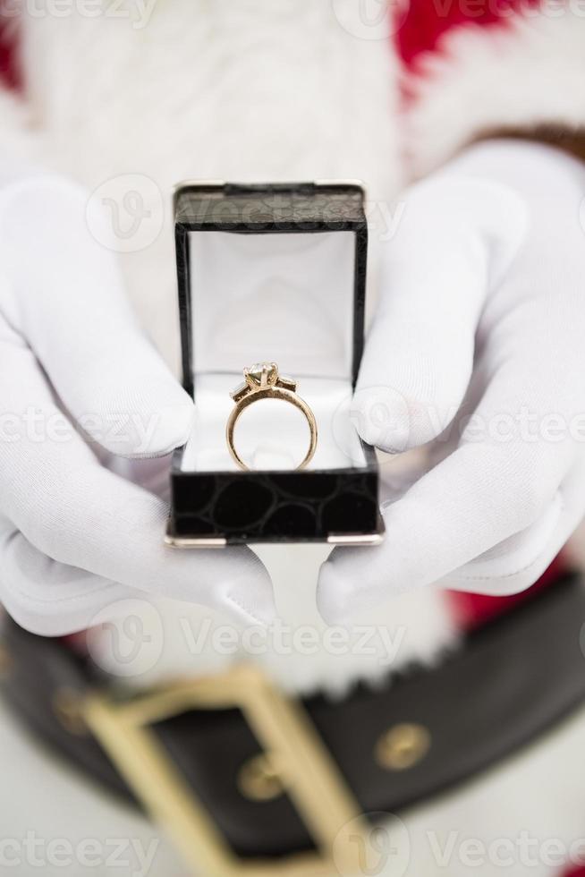 Cerca de santa mostrando anillo de compromiso foto