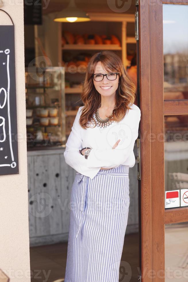 dueño de una pequeña tienda de pie en la fachada foto