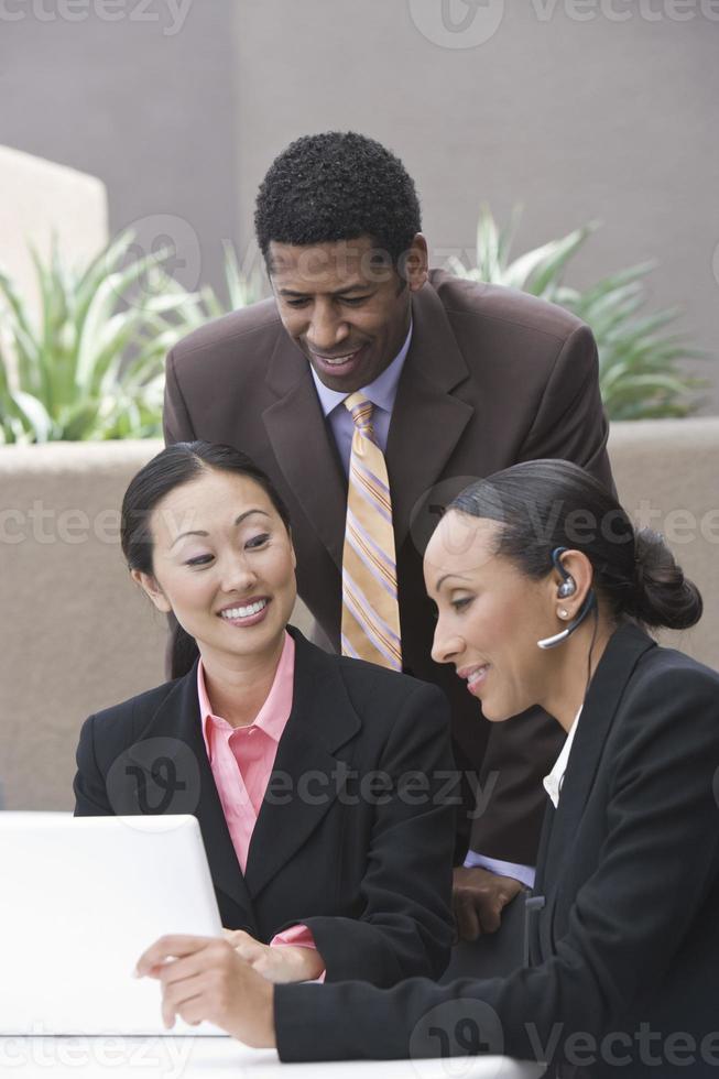 empresarios en reunión de negocios foto