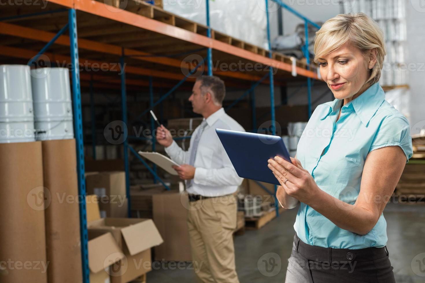 bonita gerente de almacén con tablet pc foto
