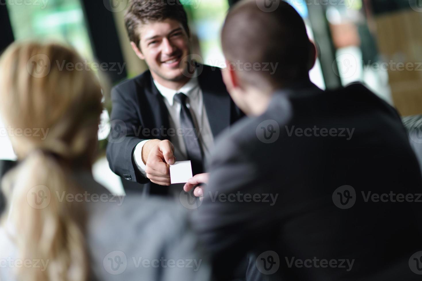 empresarios en una reunión en la oficina foto