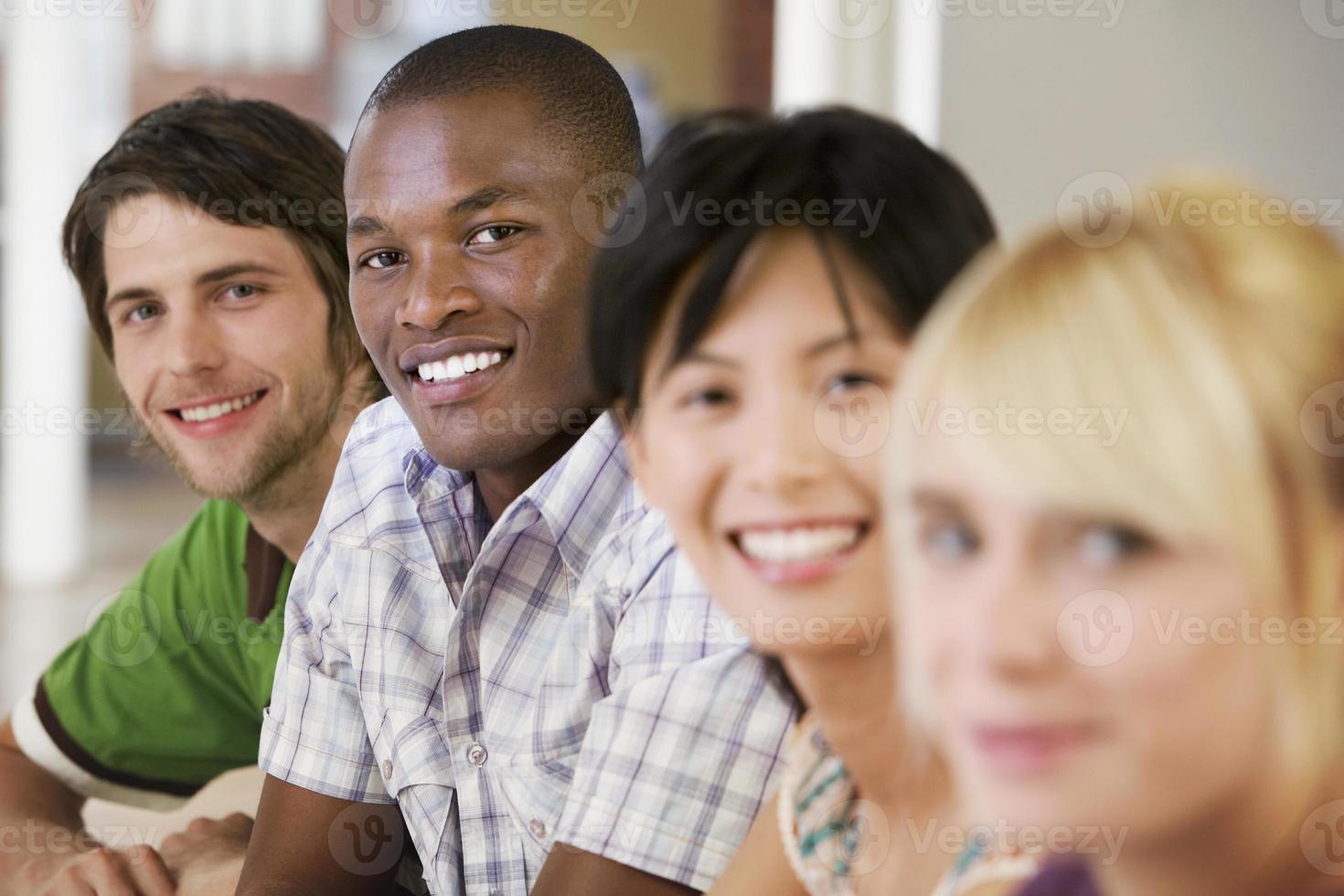 felices empresarios en la sala de reuniones foto