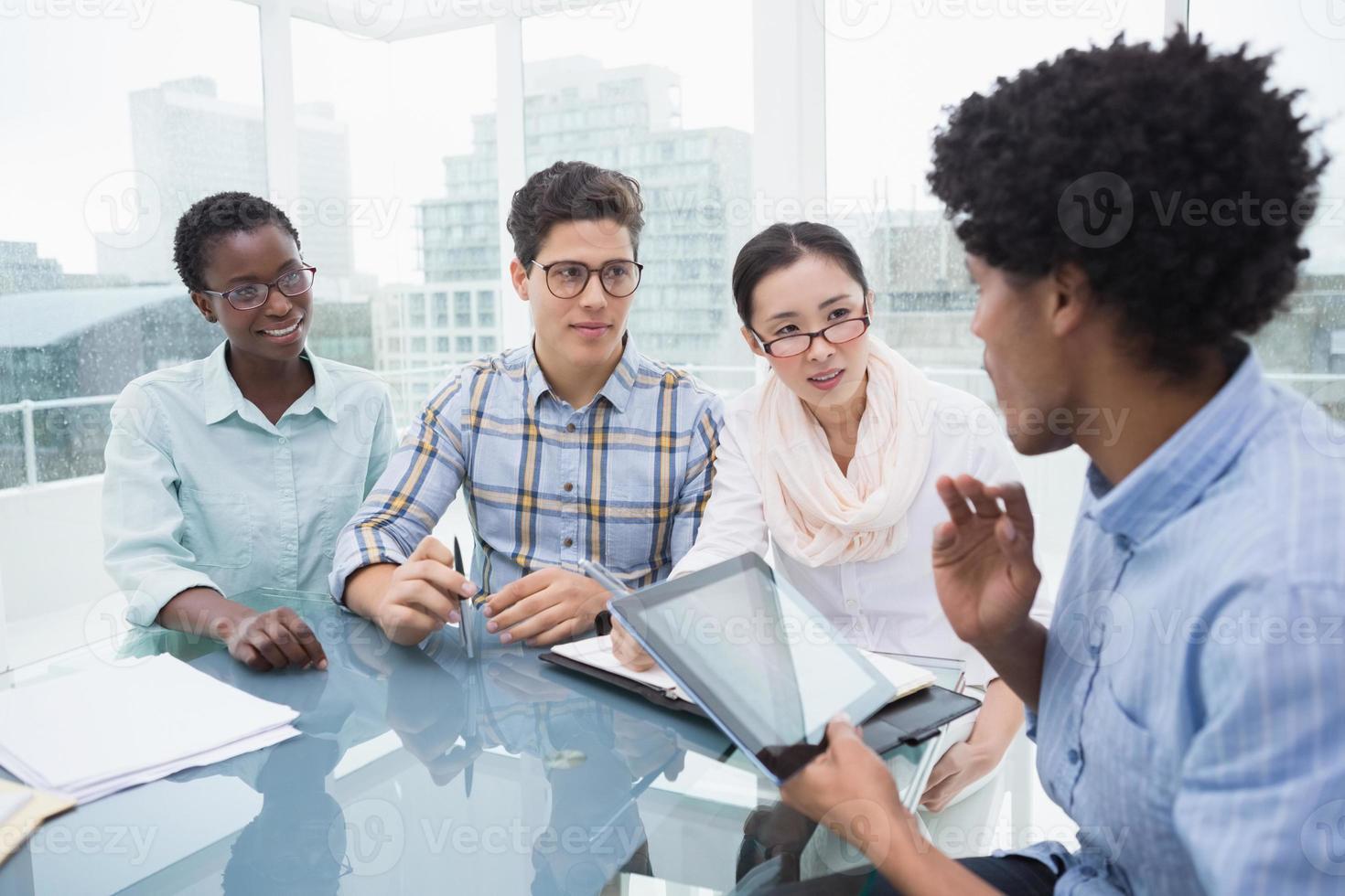 equipo informal de negocios que tiene una reunión foto