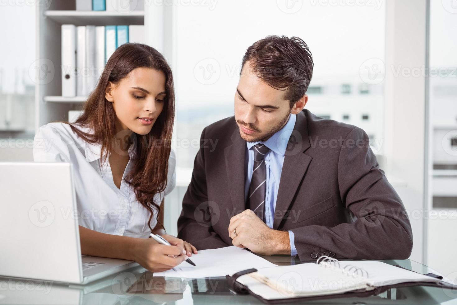 empresarios en reunión en la oficina foto