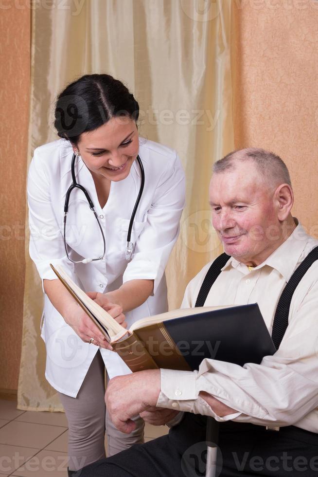 cuidador leyendo con hombre senior foto