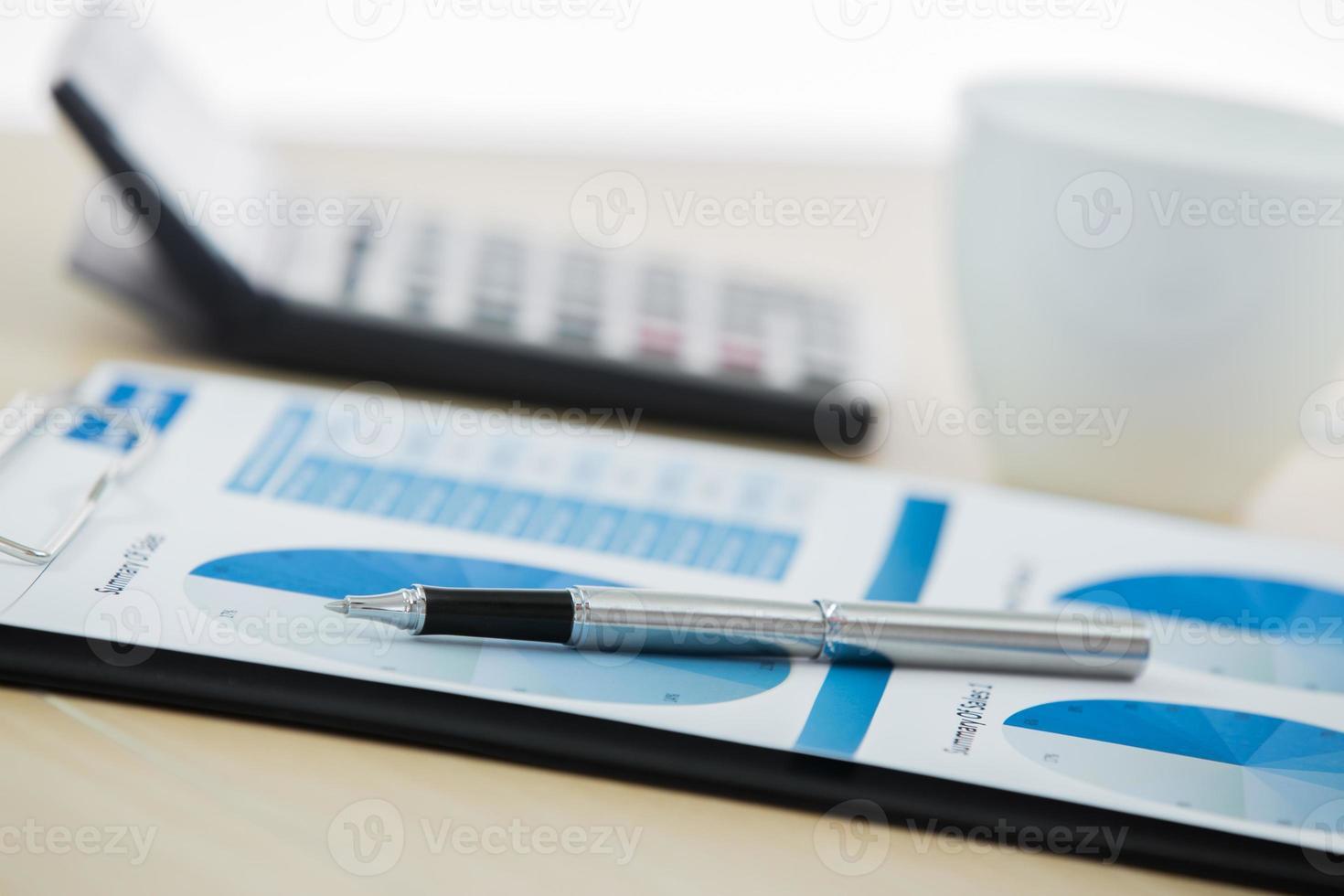 grafieken en diagrammen geanalyseerd door zakenman foto