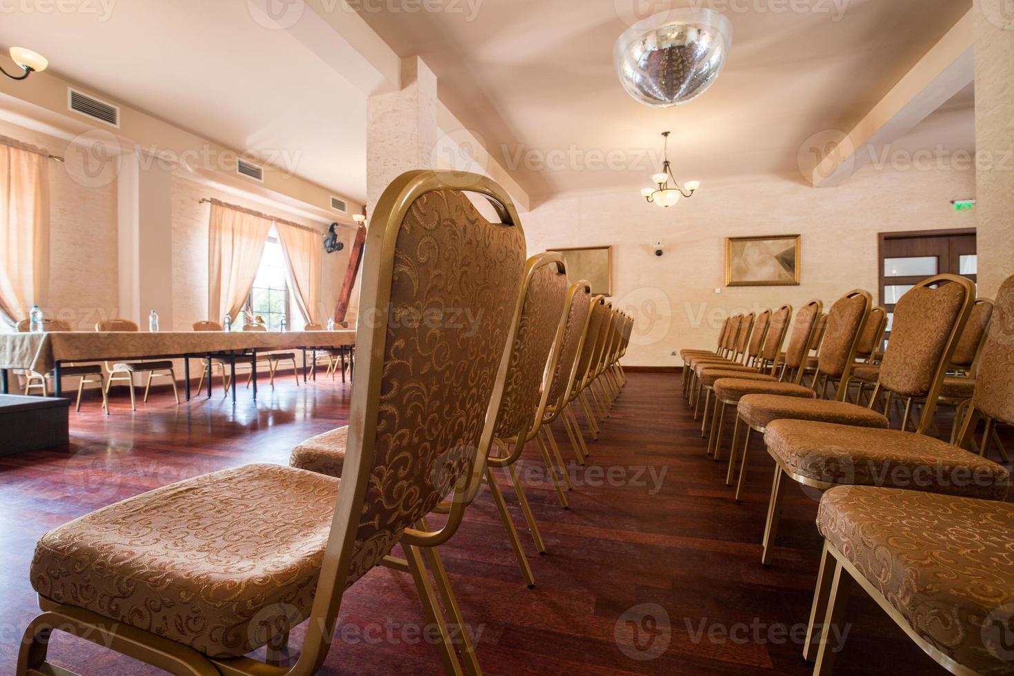 sillas marrones en clase seminario foto