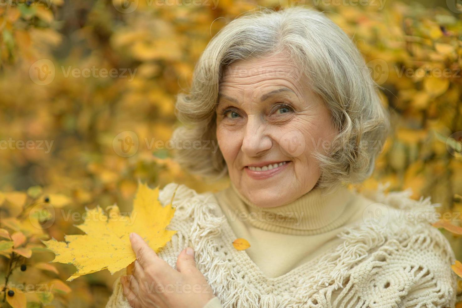 mujer mayor caminando foto