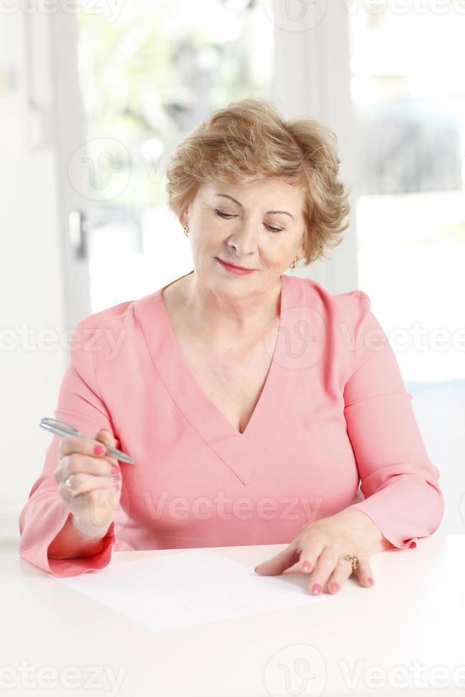 close-up, de, um, mulher sênior, sentando escrivaninha foto