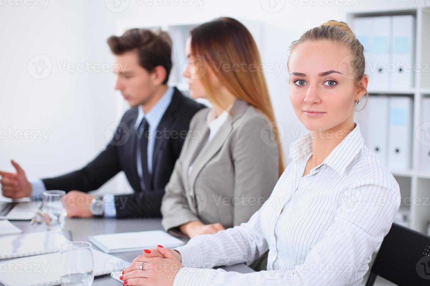 groep van mensen uit het bedrijfsleven tijdens de bijeenkomst foto