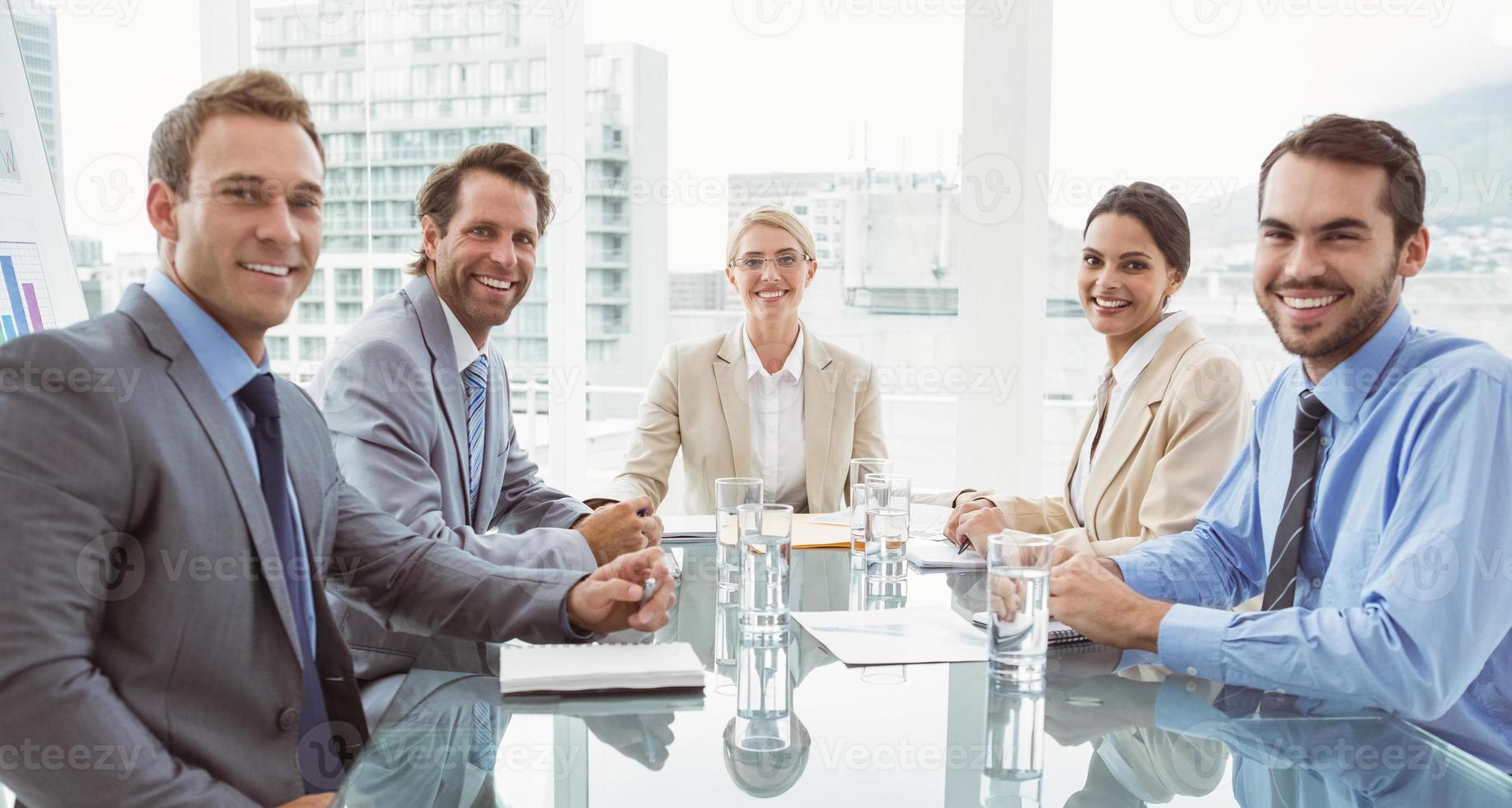 pessoas de negócios em reunião de sala de diretoria foto