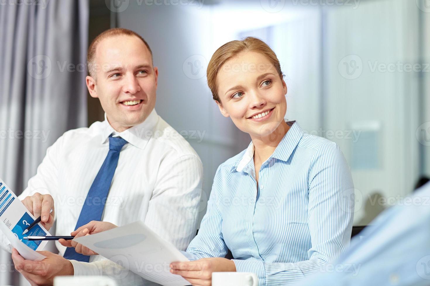 mensen uit het bedrijfsleven met papieren bijeenkomst in office foto