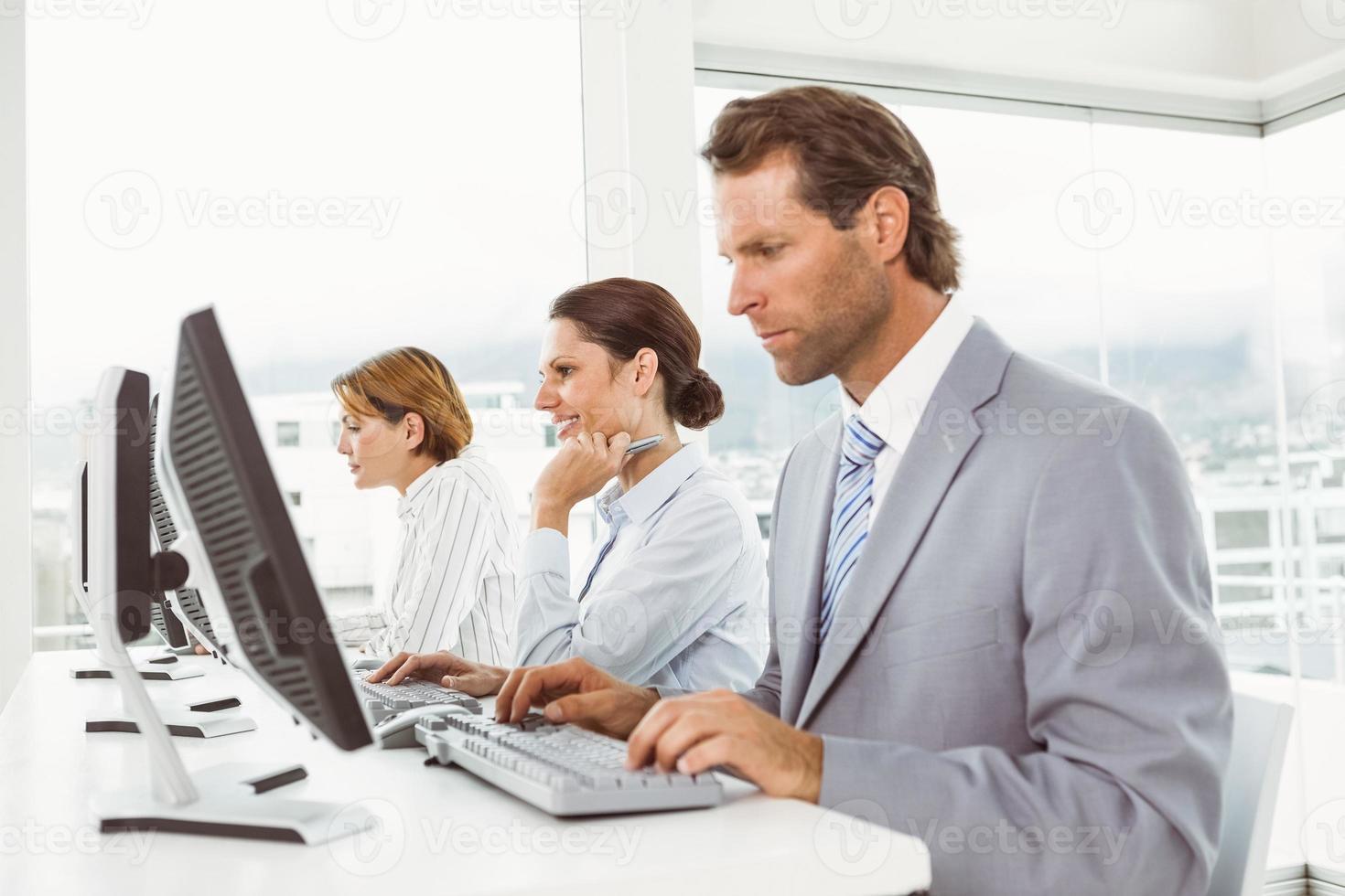 empresarios que usan computadoras en la oficina foto