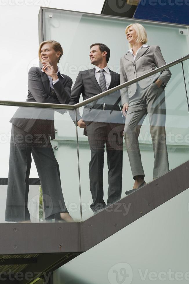 Alemania, gente de negocios de pie en las escaleras foto