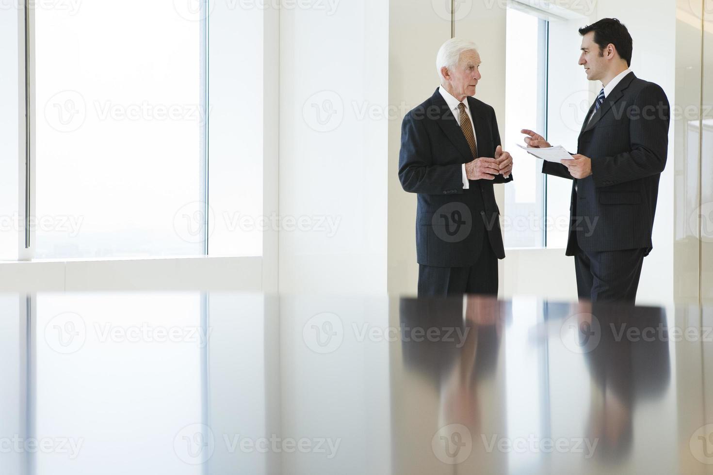 aérienne de deux hommes d'affaires discutant le document dans un bureau. photo