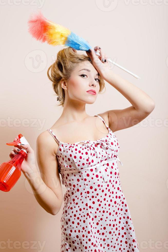 wanhopige huisvrouw met spray foto