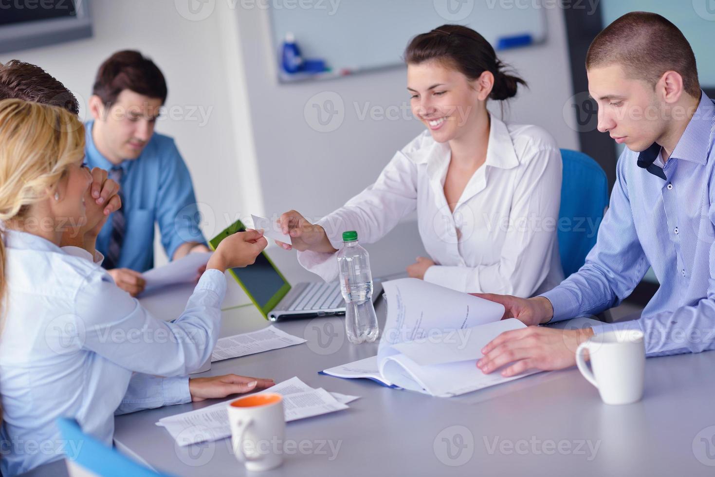 Grupo de personas de negocios en una reunión en la oficina foto