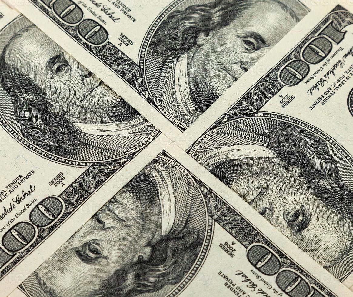 cerca de cuatrocientos billetes de dólar foto
