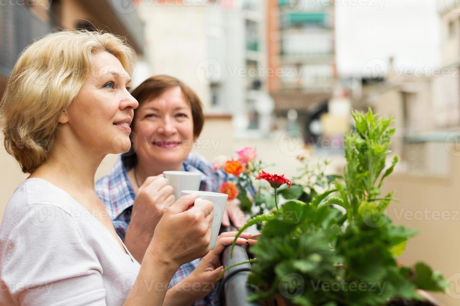 dos mujeres maduras tomando café foto