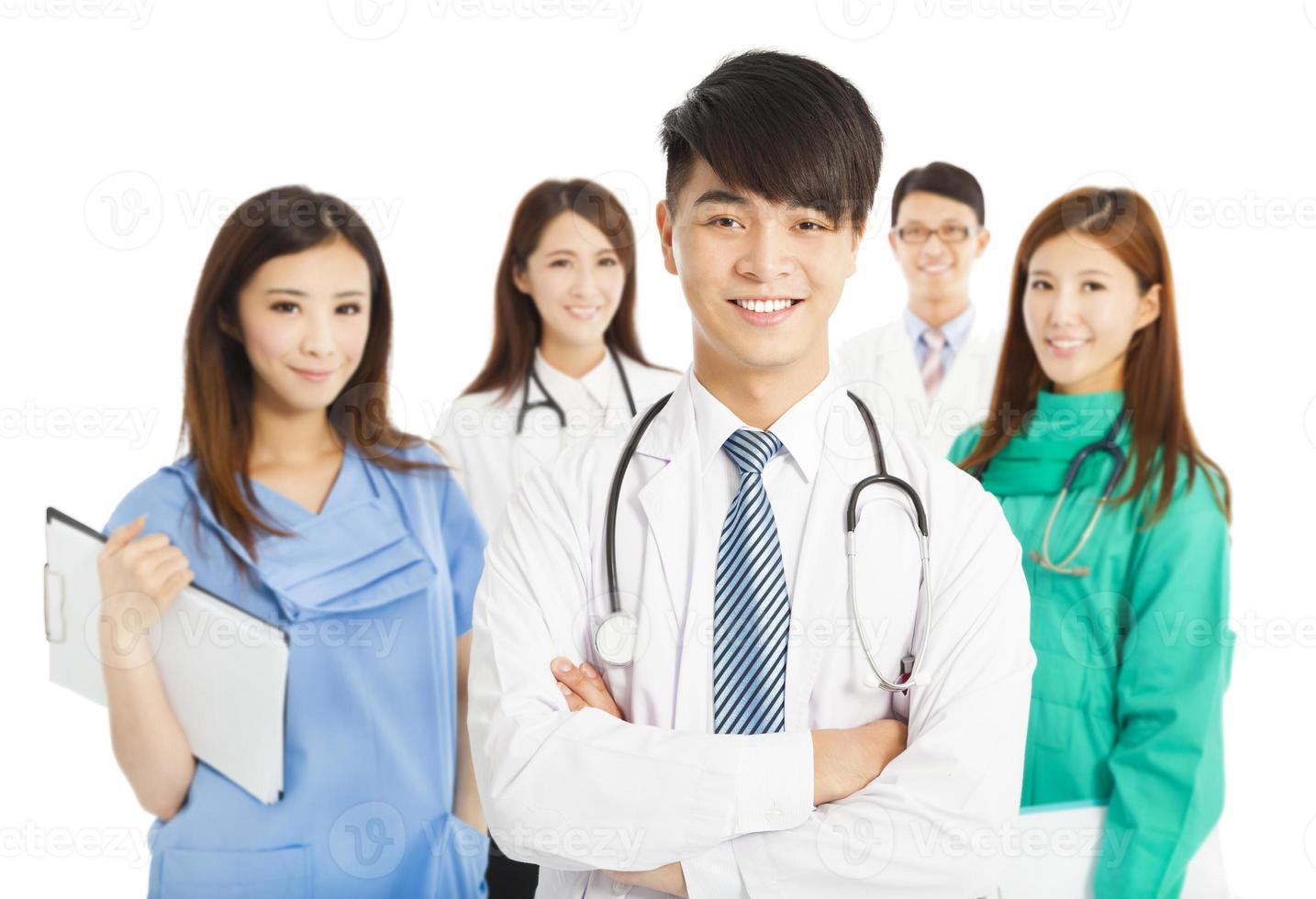 Equipo médico profesional de pie sobre fondo blanco. foto