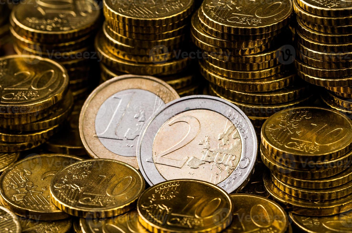 concepto de finanzas de primer plano de moneda de dos euros foto