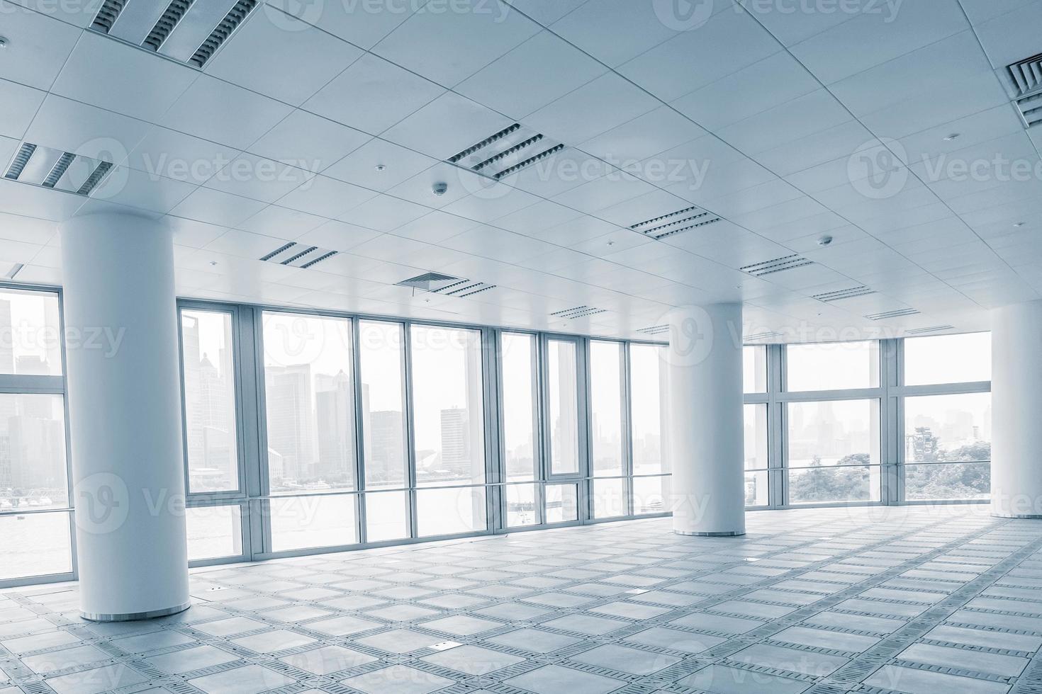 sala de oficina vacía en edificios de oficinas modernos foto