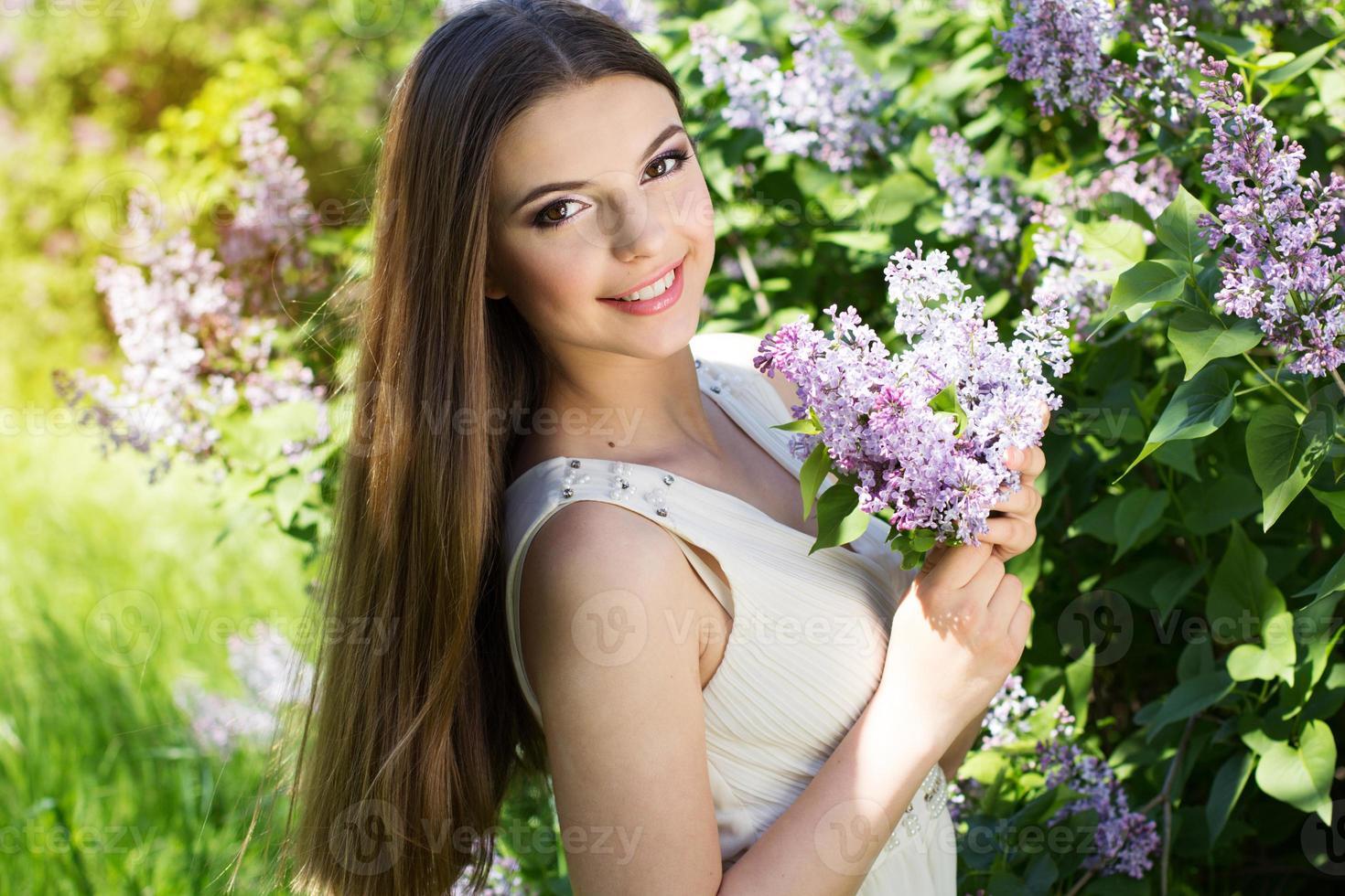 hermosa chica con flores lilas foto