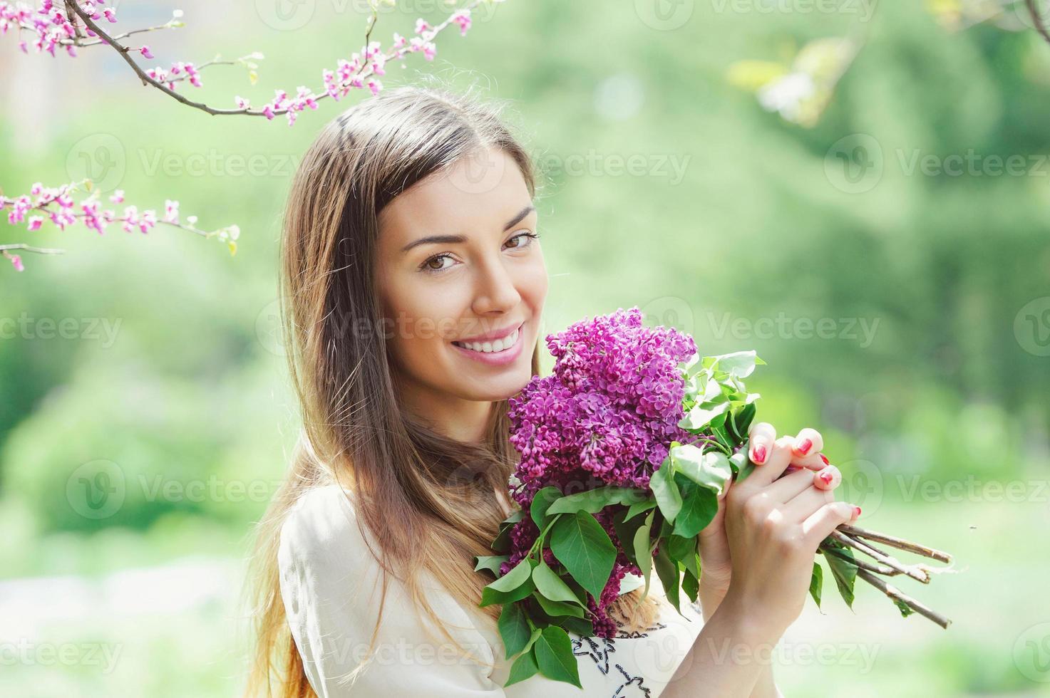 hermosa mujer joven en el jardín de primavera foto