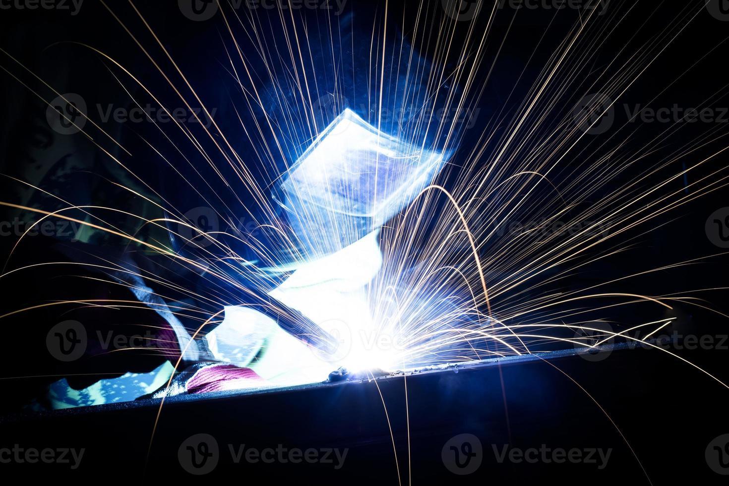 Employee welding in industry - Stock Image photo
