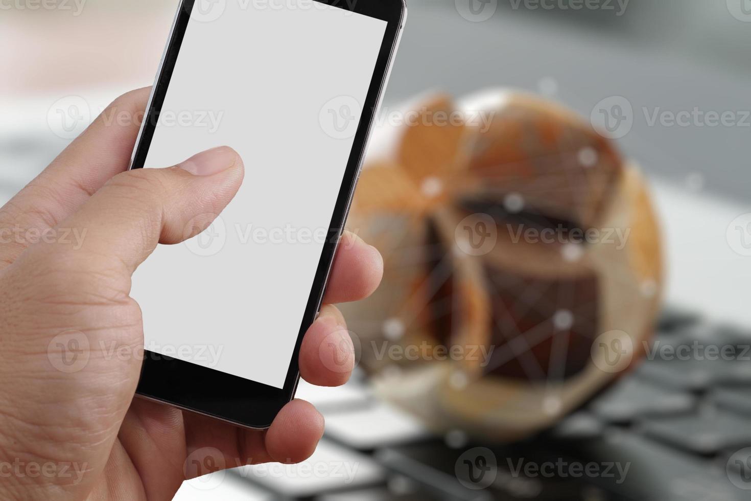 Primer plano de la mano que sostiene la pantalla en blanco del teléfono inteligente foto