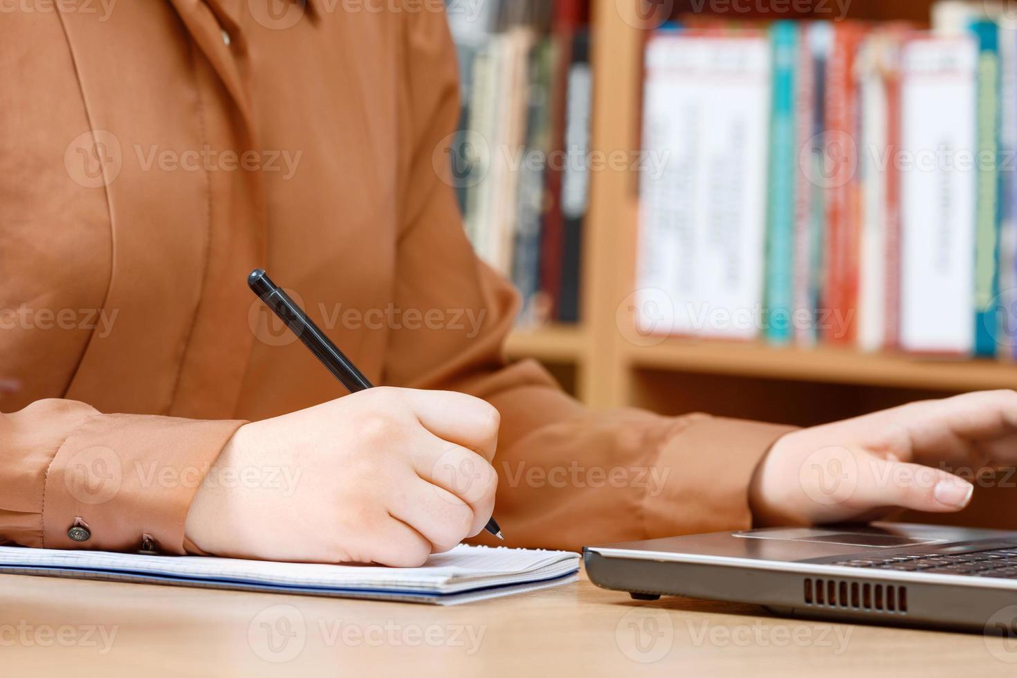 manos de mujer en una biblioteca foto