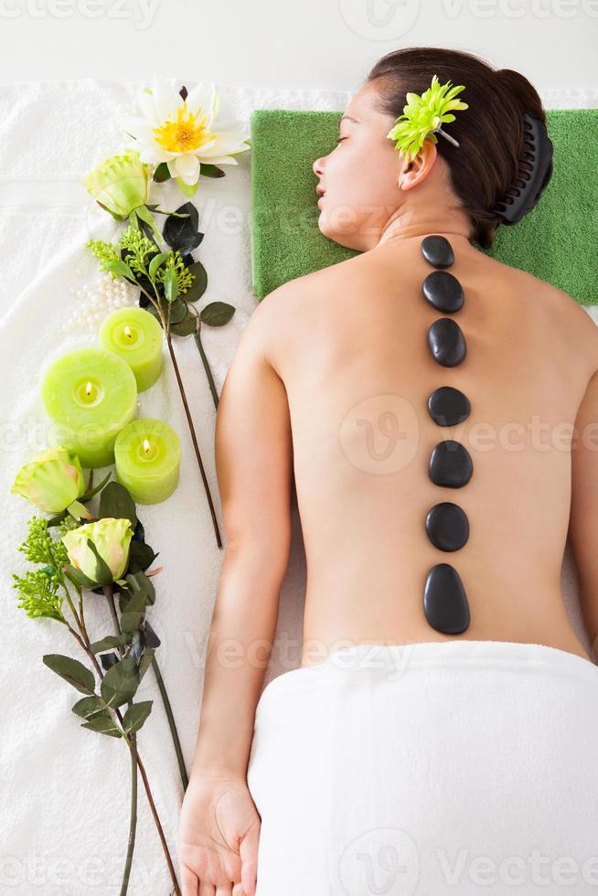mujer recibiendo lastone masaje foto