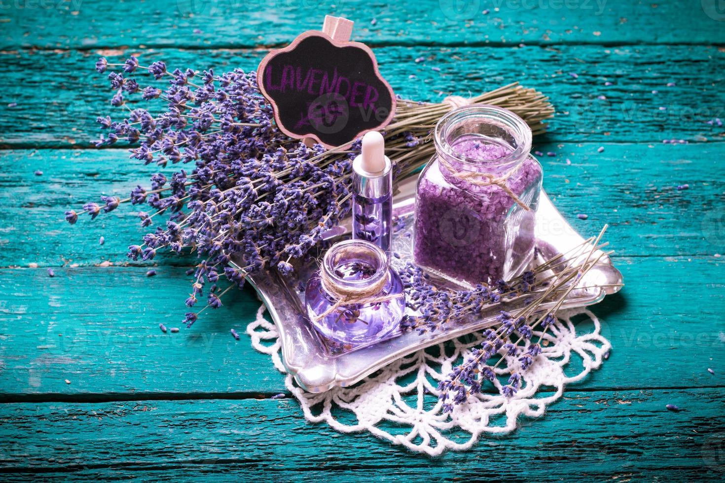 flor de lavanda, aceite, sal, concepto de belleza spa. Fondo antiguo de madera. foto