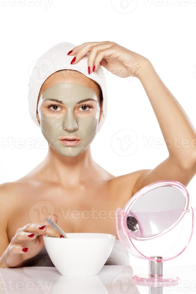 joven bella mujer posando con una máscara en su rostro foto