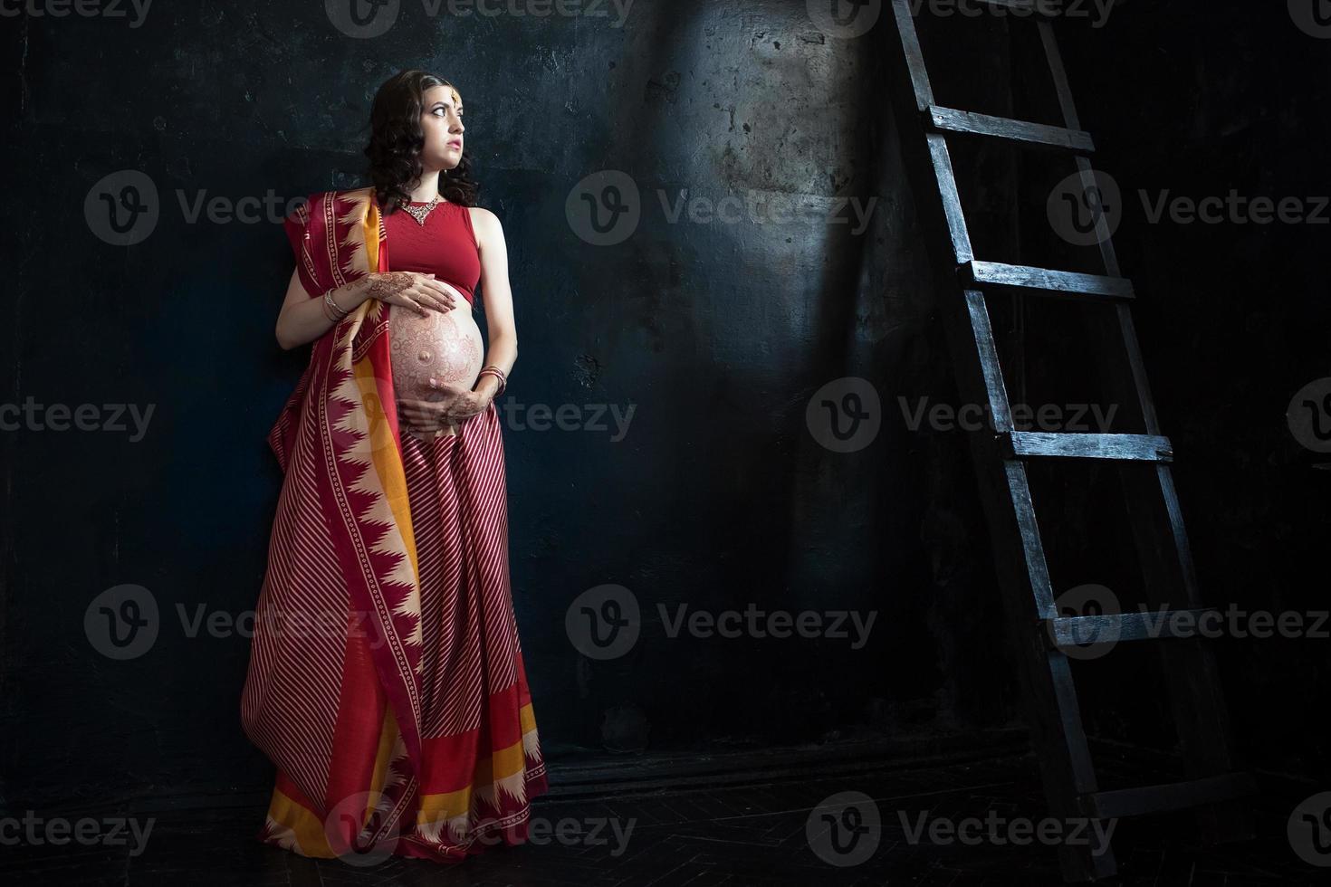 la mujer embarazada con tatuaje de henna foto