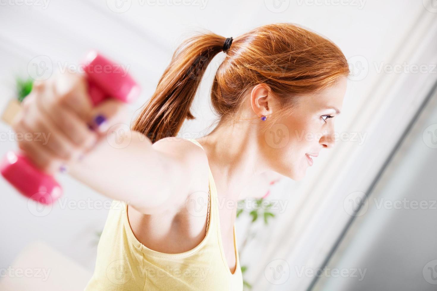 mujer joven haciendo ejercicio foto