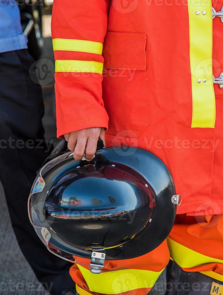 bombero sostenga su sombrero foto