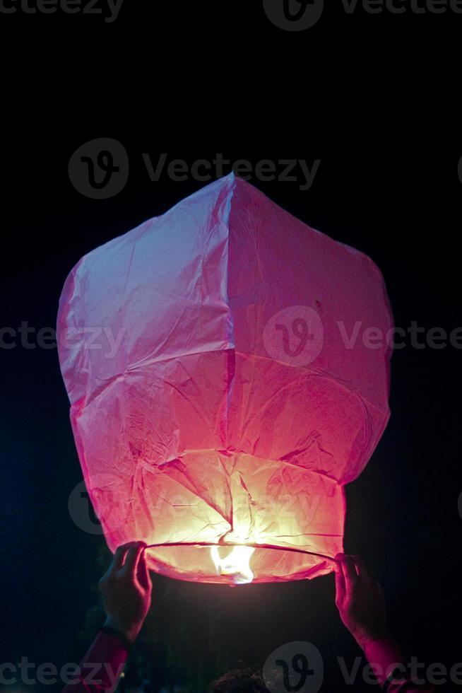 linterna de kongming (linterna del cielo) en mano humana foto
