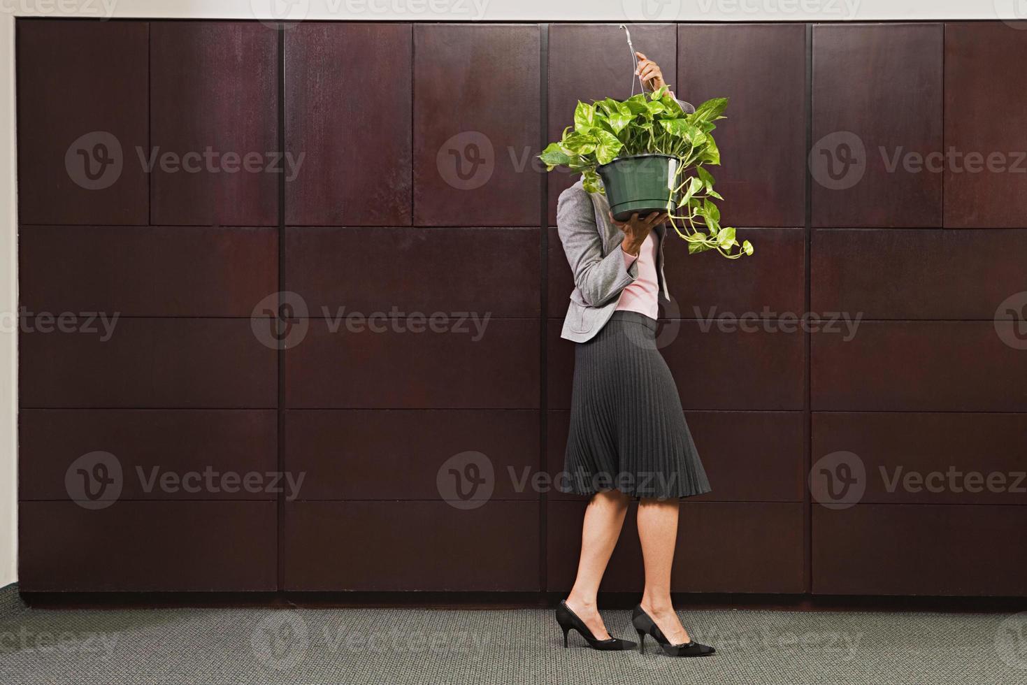 planta de transporte de mujer de negocios foto