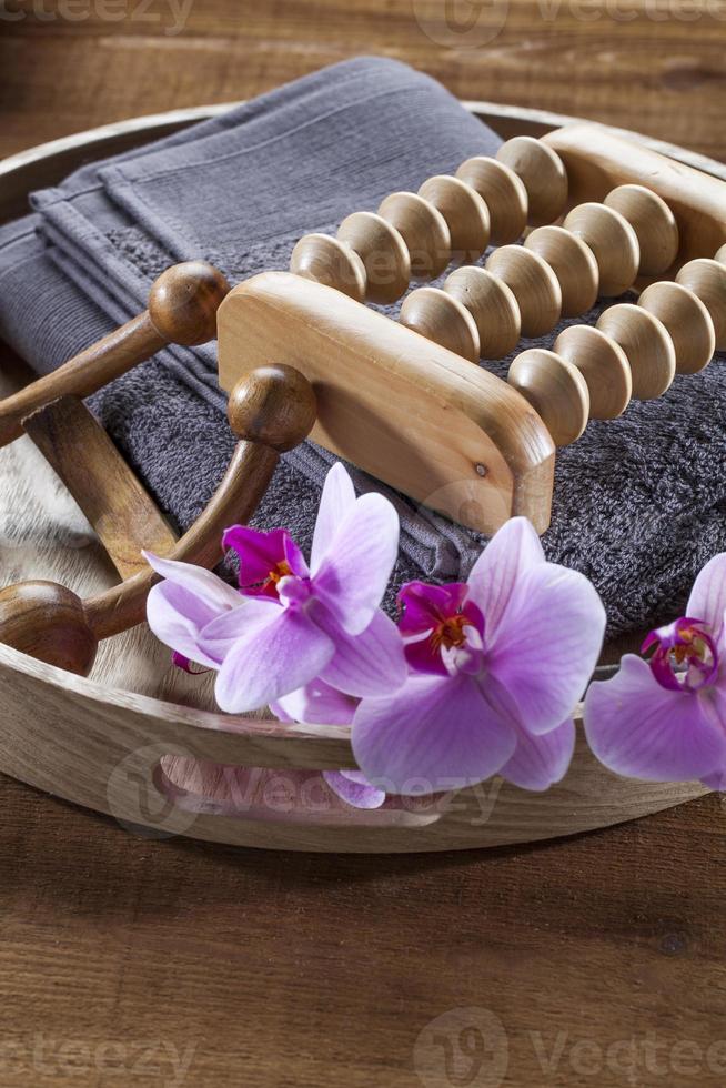 bandeja con toalla y flores de orquídea para relajación y masaje foto