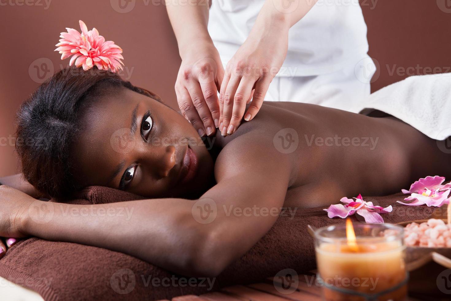 mujer que recibe masaje de hombro en el spa foto