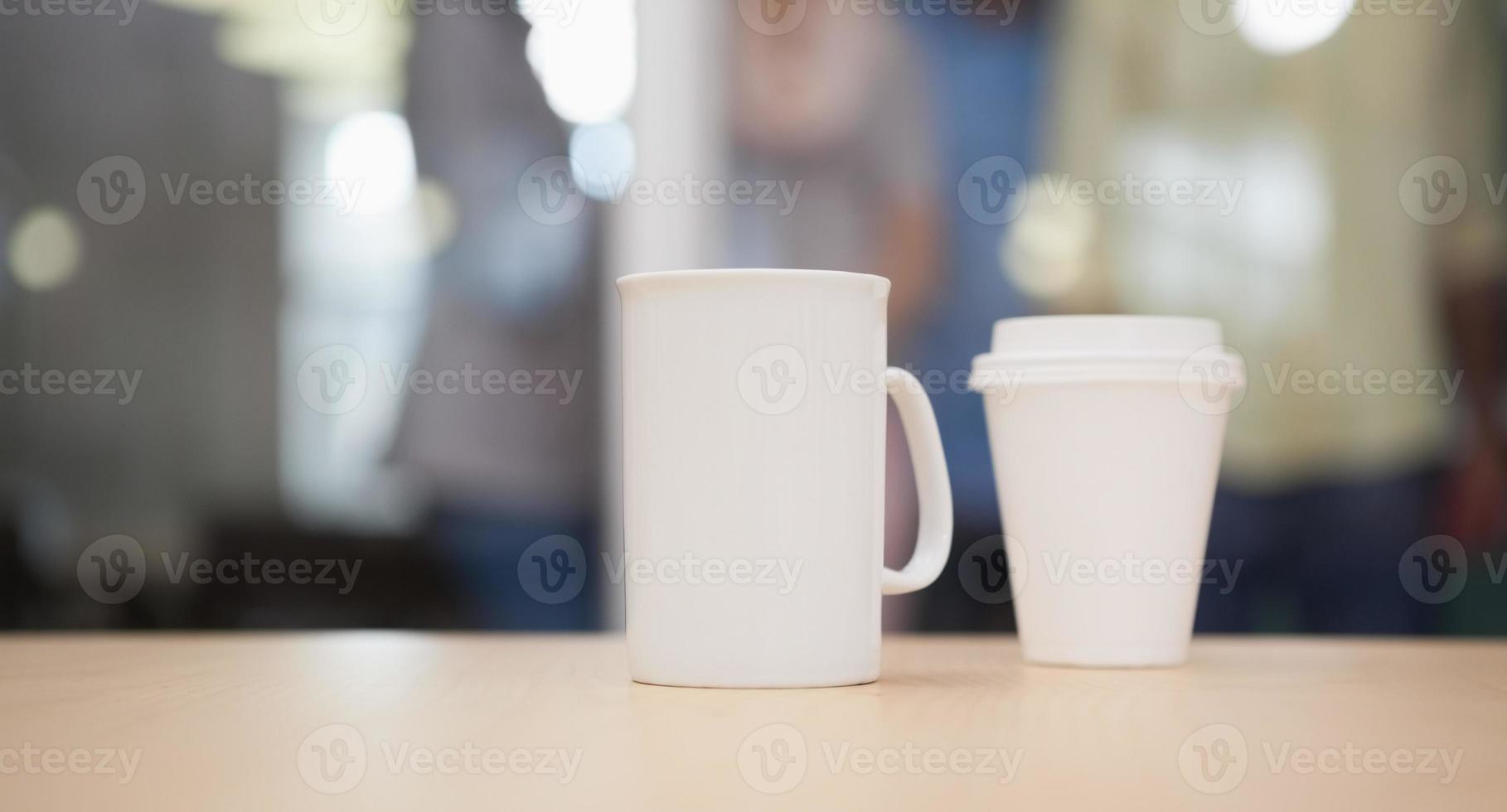 Cerca de la taza en el escritorio foto