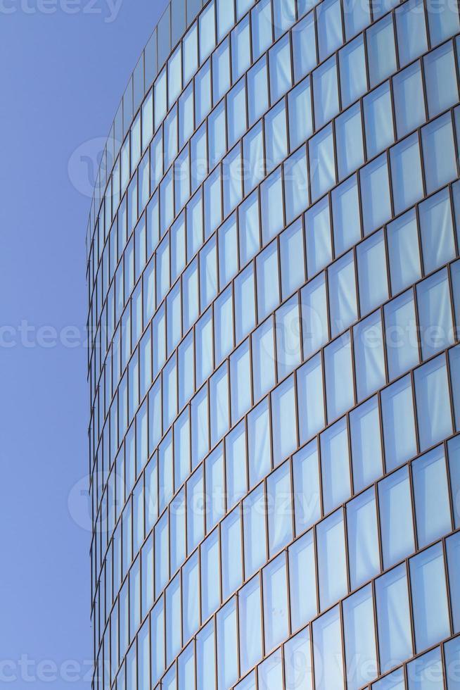 fachada de cristal moderna de la torre de oficinas foto